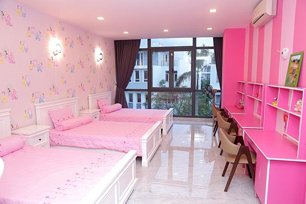 Phòng ngủ của ba con gái mang tông màu hồng.