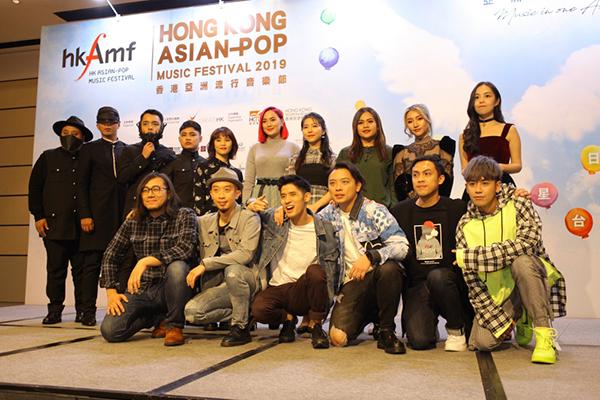 Orange (thứ hai từ phải qua, hàng trên) xuất hiện tại họp báo ở Hong Kong.