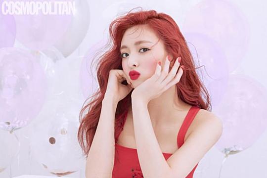 Yuna được fan gọi là truyền nhân của nàng tiên cá Ariel nhờ mái tóc đỏ và vẻ đẹp tươi sáng, năng động. Cô nàng cũng bộc lộ kỹ năng pose hình tự nhiên, hứa hẹn sẽ là người mẫu quảng cáo tiềm năng trong tương lai.