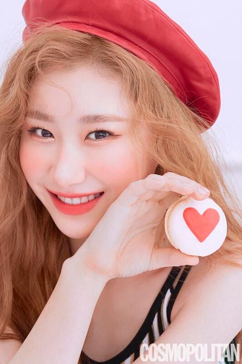 Chae Ryeong là thành viên được đánh giá phù hợp nhất với style trang điểm kẹo ngọt này. Concept này sinh ra là để dành cho cô ấy, một fan nhận xét.