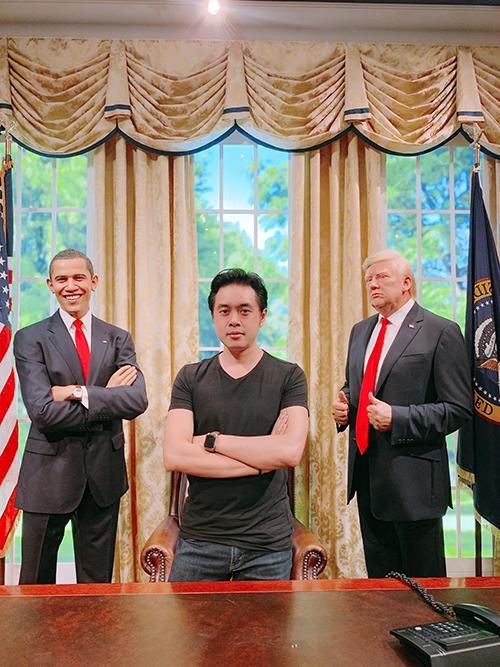 Bạn gái đăng ảnh Dương Khắc Linh bên tượng sáp của hai vị Tổng thống nổi tiếng nước Mỹ để chúc mừng sinh nhật. Cô viết: húc mừng sinh nhật chàng trai hạnh phúc nhất hôm nay và tất cả những ngày về sauuu