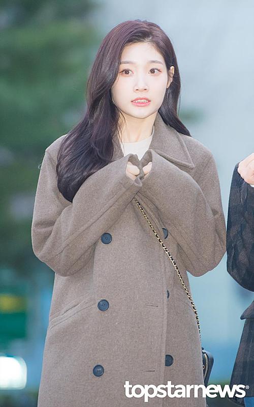 Momoland độ nhan sắc với Chae Yeon lên đường đến Music Bank - 4