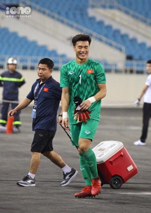 Dù không có gì để bắt, thủ môn Bùi Tiến Dũng vẫn cười thả ga trước chiến thắng của đội nhà.