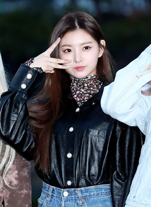 Momoland độ nhan sắc với Chae Yeon lên đường đến Music Bank - 7