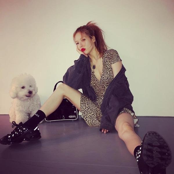 Hyun Ah mặc váy ngắn vô tư ngồi dạng chân