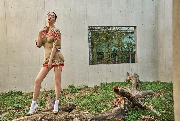 Sulli diện chiếc váy ngắn cũn bó sát có thiết kế độc đáo, tạo dáng khoe hình thể hút mắt.