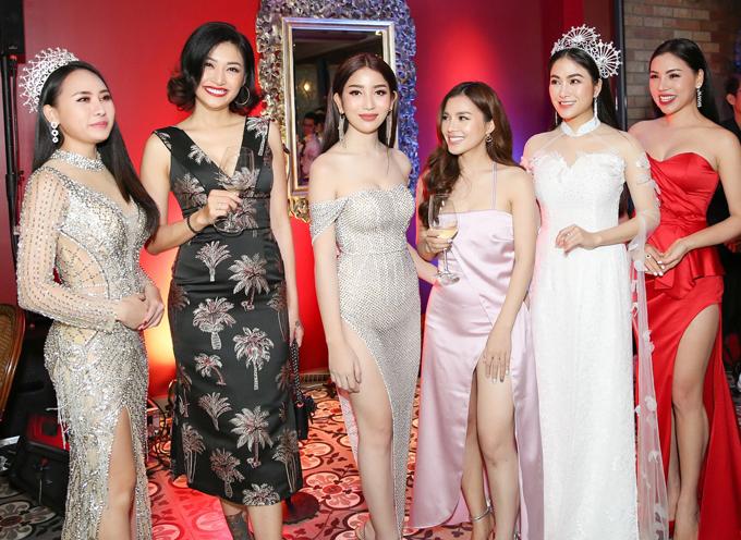 <p> Những thí sinh bước ra từ cuộc thi Hoa hậu Áo dài Việt Nam đến chúc mừng Tuyết Nga.</p>