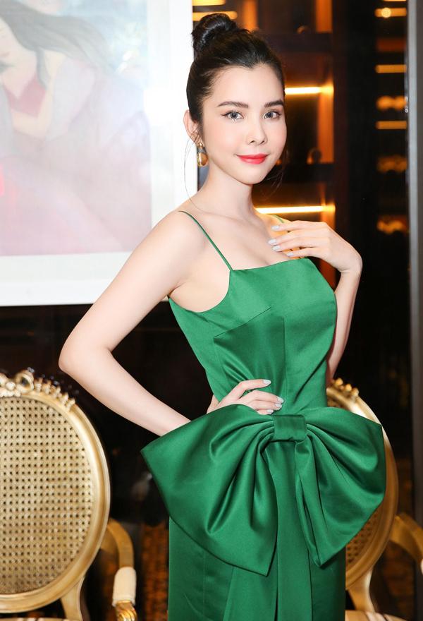 <p> Hoa hậu Du lịch Thế giới 2018 Huỳnh Vy mặc váy hai dây xanh gợi cảm.</p>