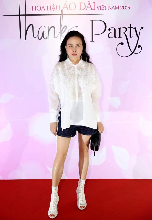 <p> Phượng Chanel là bạn thân Tuyết Nga. Cô có mặt từ sớm để chúc mừng người em thân thiết. Không chọn váy áo cầu kỳ, bạn gái Quách Ngọc Ngoan diện đồ đơn giản với quần short, kết hợp áo sơ mi dáng rộng.</p>