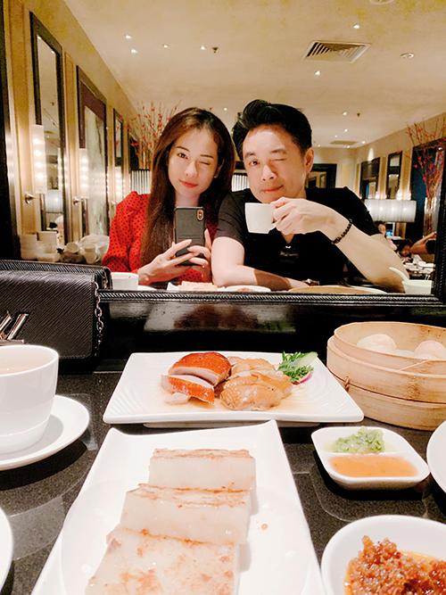 Dương Khắc Linh và bạn gái đi ăn và tranh thủ chụp ảnh selfie qua tấm gương lớn.