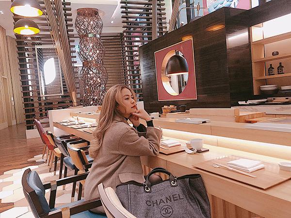 Hoàng Thùy Linh chia sẻ: Ngồi nghĩ xem có crush nào đẹp zaiiiiiiii rân choyyy như trong Friend Zone hông