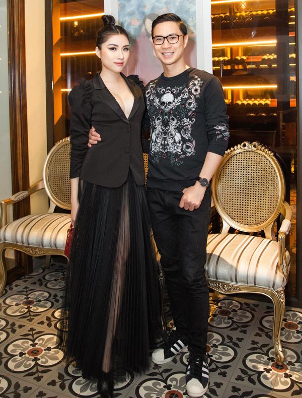<p> MC Thanh Thanh Huyền mặc trang phục đen đồng điệu với MC Anh Quân. Cả hai từng dẫn dắt đêm chung kết Hoa hậu Áo dài Việt Nam, tổ chức tối 8/3 tại Singapore.</p>