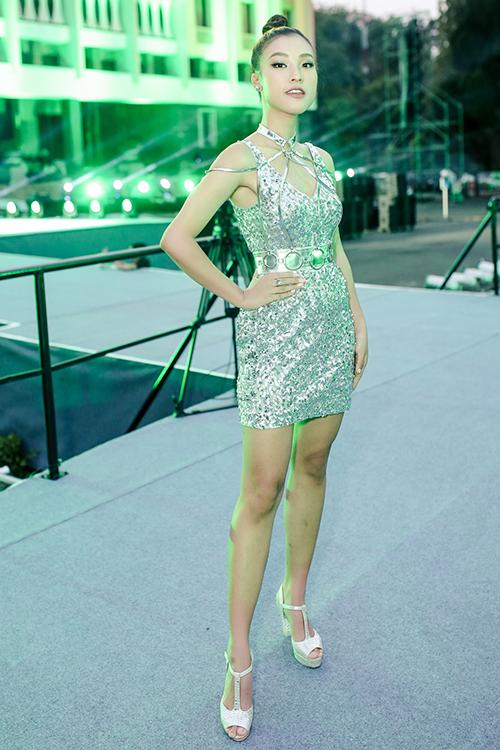 Tối 22/3, Á hậu Hoàng Oanh tham dự một sự kiện tại TP HCM. Cô xuất hiện với bộ cánh ánh bạc ôm sát, có những đường cắt xẻ khoe 3 vòng gợi cảm.