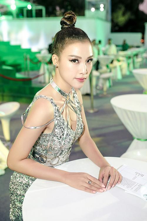 Hoàng Oanh từng được bình chọn vào top 3 Nữ MC được yêu thích nhất - giải thưởng truyền hình HTV Awards. Cô dẫn dắt nhiều chương trình truyền hình ăn khách như: The Remix 2015, The Voice Kids 2015...