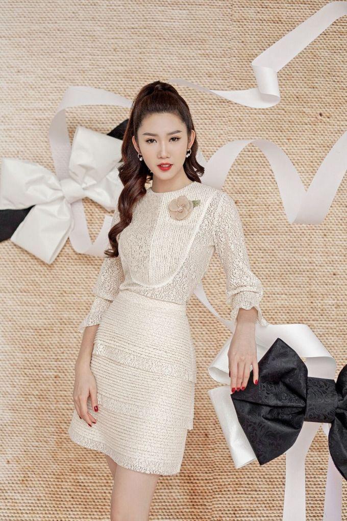 <p> Váy ren trắng xếp tầng đồng điệu với đường chạy dài trên thân áo. Phần hoa cài nổi bật với tone màu nude tạo điểm nhấn cho thiết kế.</p>