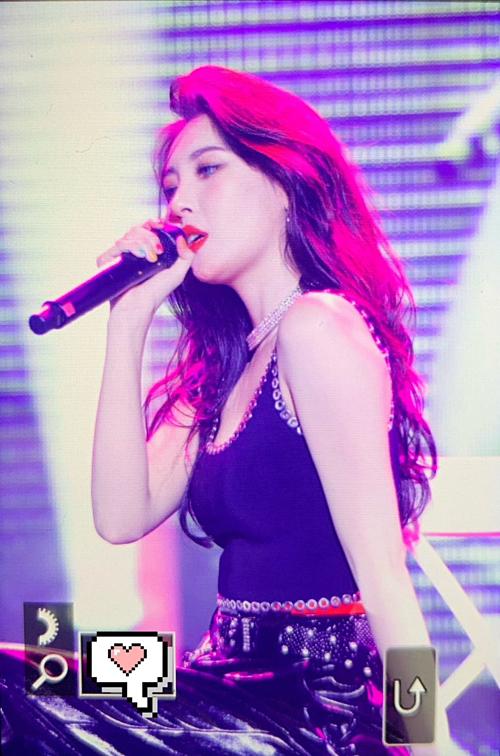 Sun Mi là một trong những nữ ca sĩ solo được yêu thích nhất hiện nay nhờ sở hữu cả tài lẫn sắc. Thần thái cuốn hút theo phong cách sexy ma mị của cô nàng được gọi là