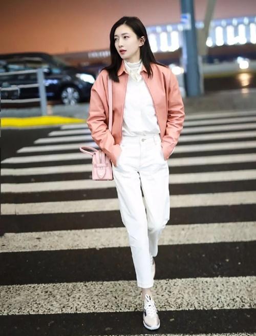 Giang Sơ Ảnh khéo mix đồ với hai màu sắc hồng - trắng đậm nhạt khác nhau, tạo style trẻ trung.