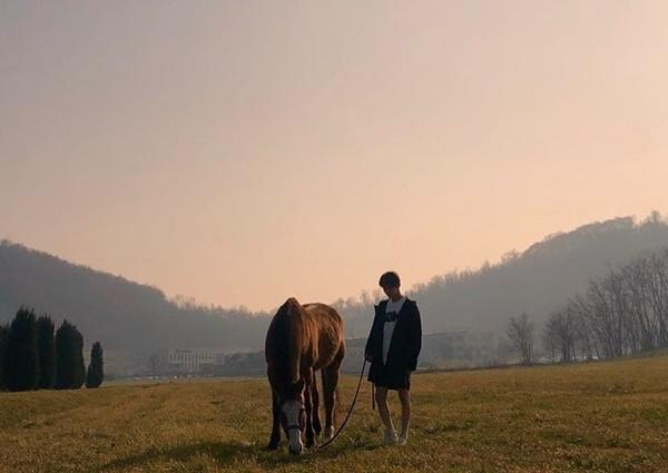 Hết chụp ảnh với ngỗng, Hwang Min Hyun lại đi... chăn ngựa cho concept ảnh tạp chí.