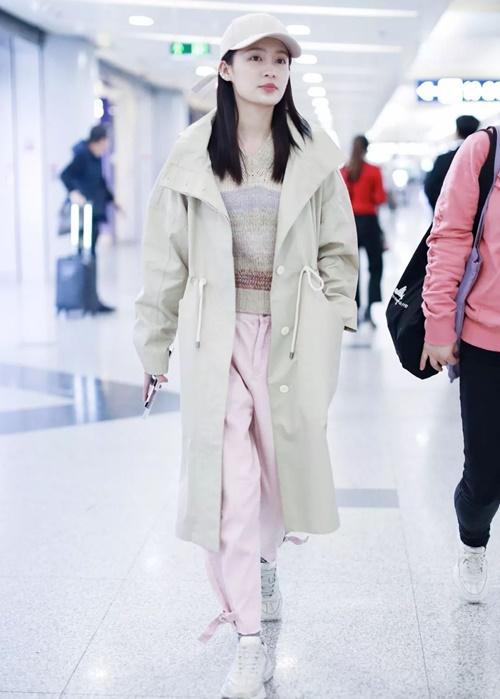 Lý Thấm chọn quần hồng nude nhẹ nhàng ra sân bay. Màu này không kén người mặc nên các cô gái có thể hoàn toàn tự tin khi diện.