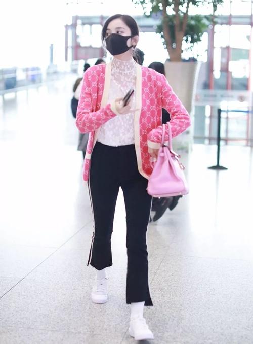 Cổ Lực Na Trát diện áo cardigan hồng phối với túi xách đồng điệu. Set đồ của cô nàng đều có giá đắt đỏ nhưng cách mix & match không nhận được khen ngợi.