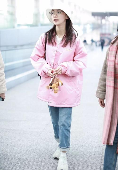 Ngô Cẩn Ngôn giấu thân hình gầy gò trong chiếc áo khoác màu hồng phấn rộng rãi.