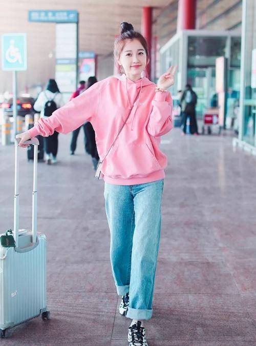 Nữ diễn viên Ngu Thư Hân của Bạn thân mến thích phong cách thiếu nữ năng động, rạng rỡ.