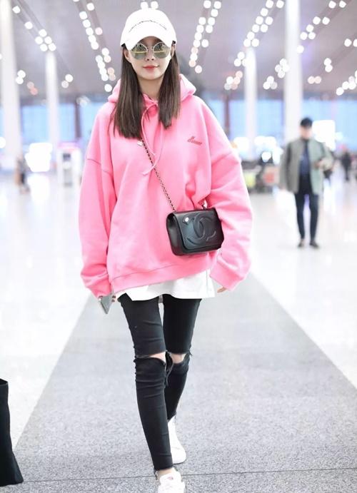 MC - diễn viên Thẩm Mộng Thần mặc áo hoodie màu hồng đào, thể hiện phong cách trẻ trung, hiện đại.