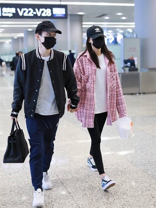 Gần đây Tôn Di chọn liền hai item màu hồng ra sân bay là áo khoác...