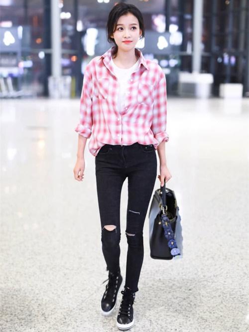 ... và áo sơ mi kẻ ca rô. Nữ diễn viên Nhân sinh nếu như lần đầu gặp gỡ phối áo hồng với T-shirt trắng đơn giản mặc trong và quần đen bó sát khoe chân dài.