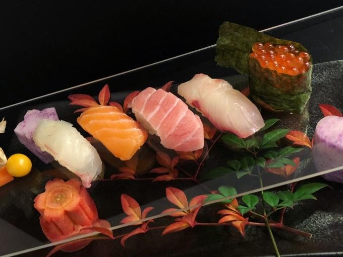 <p> Mikyoui chưa bao giờ được đào tạo về nghệ thuật hay nấu ăn chuyên nghiệp, nhưng anh luôn có một niềm đam mê với ẩm thực. Đến năm 2017, Mikyoui cùng con trai tìm hiểu cách chế biến các món Sashimi từ cá.</p>