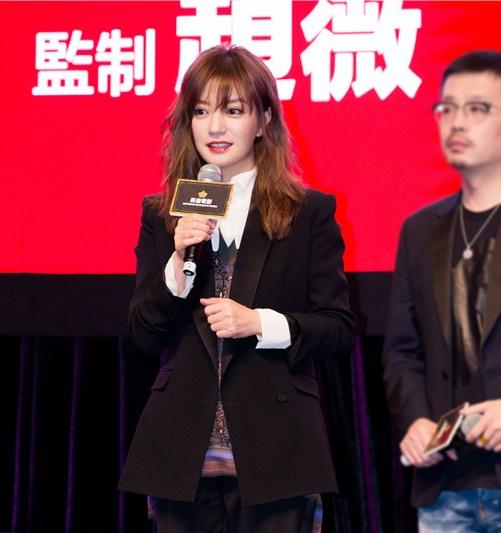 Tham dự lễ ra mắt phim điện ảnh mới ngày 18/3, Triệu Vy khiến người hâm mộ bất ngờ bởi hình ảnh xinh đẹp, trẻ trung hơn hẳn nhờ đổi kiểu tóc.