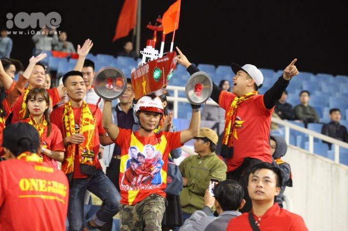 <p> Những màn ăn mừng đậm dấu ấn của CĐV Việt Nam. Họ hò hét, kèn trống đánh vang cả SVĐ.</p>