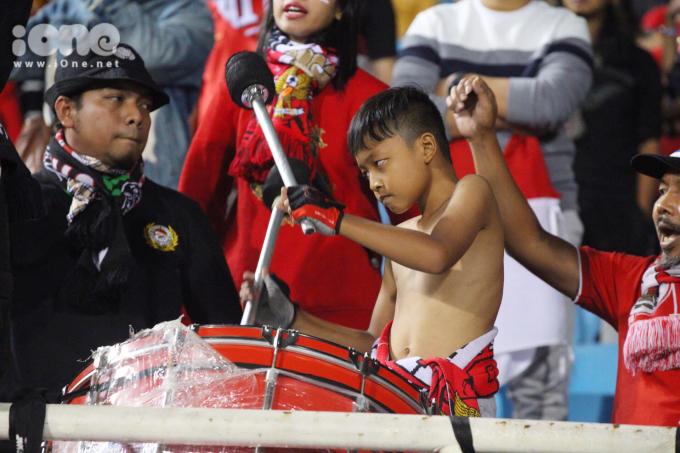 CĐV phấn khích đốt pháo sáng ăn mừng U23 Việt Nam đánh bại Indonesia