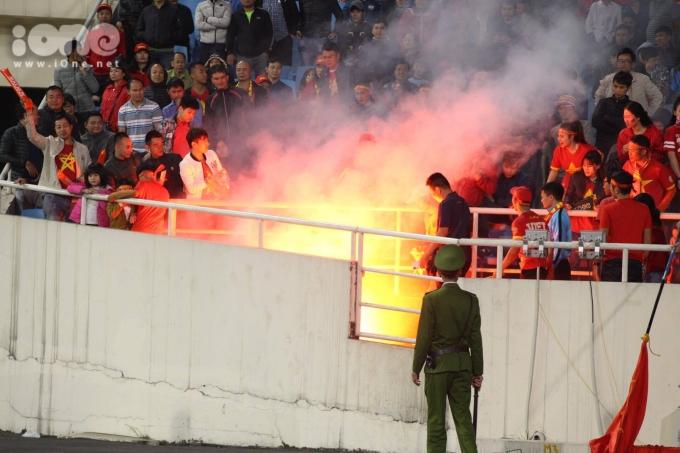 <p> Trước đó, CĐV Việt có thời khắc phấn khích quá mức dù bàn thắng chưa được ghi. Một nhóm CĐV đã đốt pháo sáng trên khán đài D khiến an ninh phải can thiệp.</p>