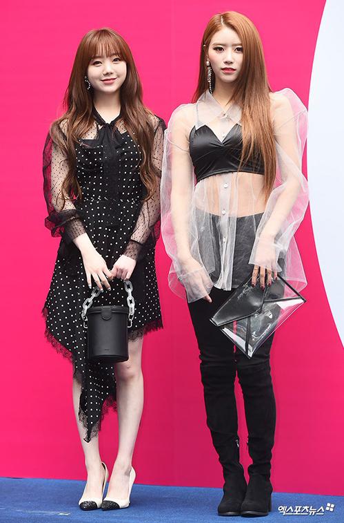 Hai thành viên Lovelyz có phong cách hoàn toàn khác biệt khi đến Seoul Fashion Week. Kei chọn thiết kế chấm bi đầy nữ tính, nhẹ nhàng còn Mi Joo phá cách với kiểu áo xuyên thấu cực sexy.