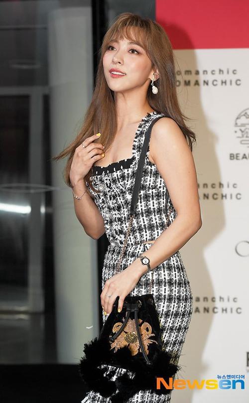 Bộ váy áo bó giúp nữ ca sĩ khoe tối đa đường cong. Luna kiểu trang điểm đậm khi tham gia sự kiện.