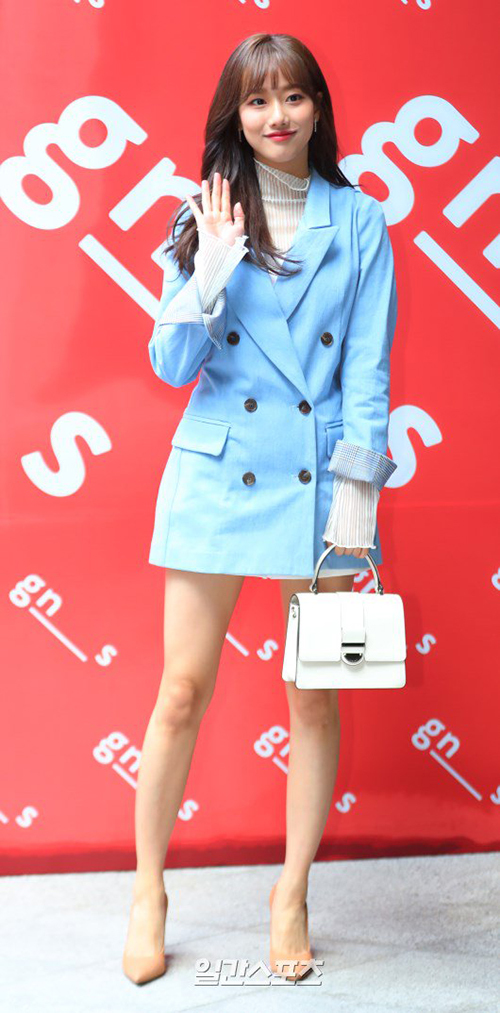 Nhan sắc và trang phục của Na Eun (April) nhận được nhiều lời khen ngợi. Nữ diễn viên của A-Teen mặc áo vest vẫn cực kỳ quyến rũ nhờ khoe được đôi chân dài, thon gọn.