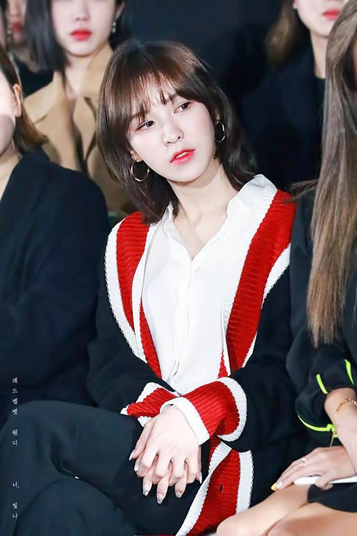 Wendy (Red Velvet) tiếp tục gây thương nhớ với kiểu tóc ngắn khi ngồi xem thời trang.