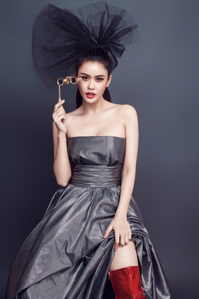<p> Ở độ tuổi 30, Trương Quỳnh Anh được nhận xét ngày càng xinh đẹp và cuốn hút. Cô thườngdiện những bộ cánh khoe vai trần, ba vòng gợi cảm.</p>