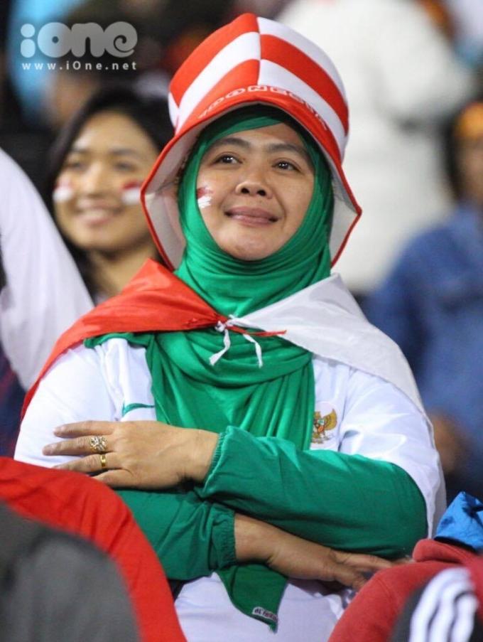 <p> Một CĐV Indonesia như bật khóc khi chứng kiến sự thất bại của đội tuyển.</p>