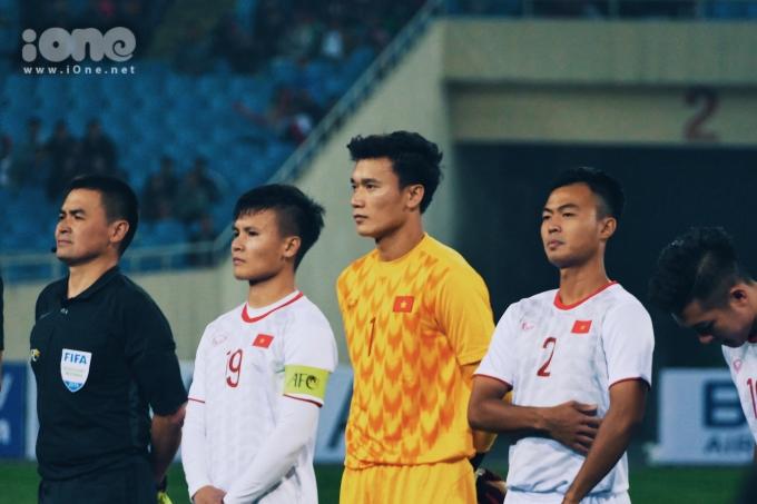 <p> Bùi Tiến Dũng, Quang Hải trên sân. U23 Việt Nam mặc trang phục trắng trong trận đấu này thay vì màu đỏ quen thuộc.</p>