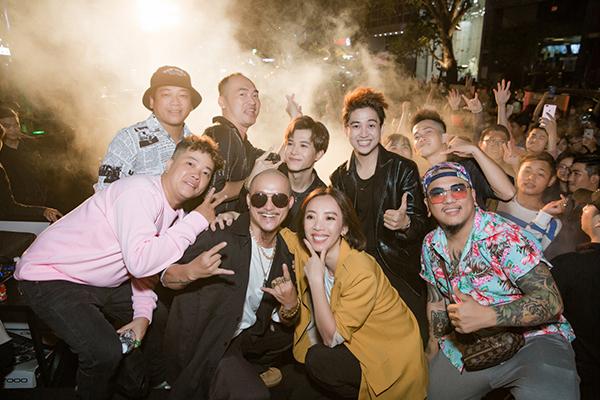Dàn nghệ sĩ của phim như Khương Ngọc, Anh Tú, Lê Hoàng Mèo, Thanh Tân, Phan Ngân cũng gia nhập vào đội quân phá đảo buổi giao lưu cùng fan Tiến Luật - Thu Trang.