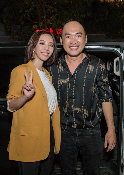 Tối 23/3, fan meeting của phim điện ảnh Chị Mười Ba của vợ chồng Thu Trang - Tiến Luật diễn ra tại TP HCM. Hàng trăm fan nối đuôi dài để được gặp các nghệ sĩ.