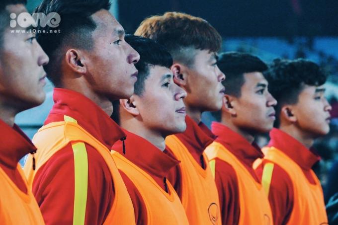 <p> Dù chưa được ra sân nhưng ở băng ghế dự bị, Đình Trọng và các cầu thủ vẫn nghiêm trang làm lễ chào cờ.</p>