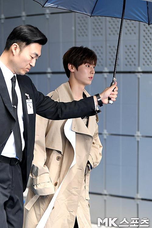 Trang phục của Hwang Min Hyung bị chê nhàu, kém chỉn chu khi đến một sự kiện lớn về thời trang.
