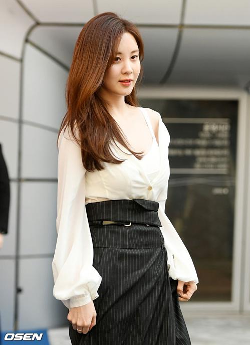 Seo Hyun khoe bờ vai gợi cảm với mẫu áo trễn vai.