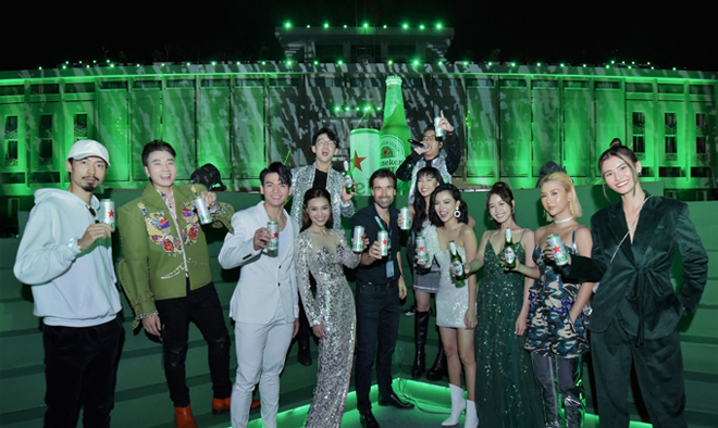 Sản phẩm bia cao cấp gây ấn tượng với hàng loạt sao Việt tại sự kiện ra mắt. Đen Vâu, Karik, Ninh Dương Lan Ngọc, Quang Bảo, Châu Bùi... hào hứng chào đón và thưởng thức hương vị nhẹ êm mà đậm chất của Heineken Silver.