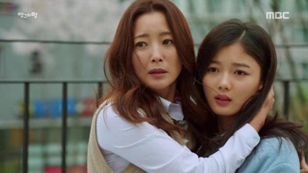 Kim Hee Sun (trái) trở lại màn ảnh với vai diễn người mẹ ngổ ngáo.