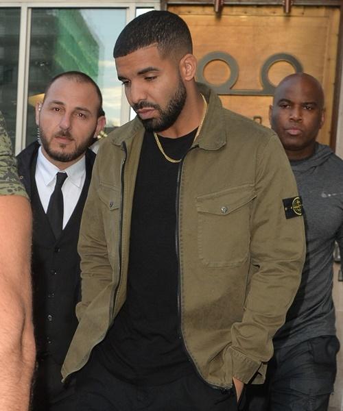 Vệ sĩ của Drake sẽ làm bất cứ điều gì để đảm bảo an toàn cho anh. Họ thậm chí từng làm bị thương paparazzi và người hâm mộ. Kể từ tháng 12/2018, Drake quyết định thắt chặt an ninh hơn khi trang bị cả xe chống đạn đặt trước cửa nhà mình.
