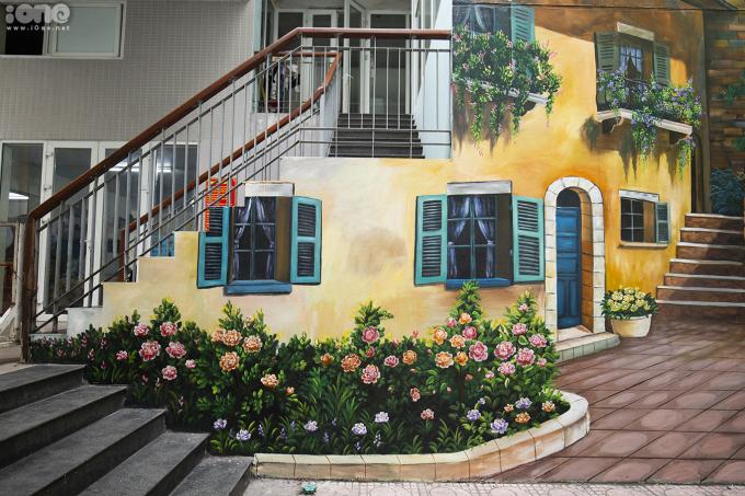 <p> Những ngày gần đây không gian trường Tiểu học Dịch Vọng B (Cầu Giấy, Hà Nội) trở nên tươi mới hơn bởi những bức vẽ 3D sống động, đầy màu sắc.</p>